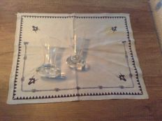 2 crystal wine glasses plus cloth