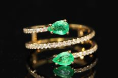 18 kt gold ring set with natural emerald and diamonds, size 54.