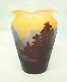 Emile Gallé - Vase - Alpenlandschaft mit Bergen, Seen und Tannenwäldern (Alpine landscape with mountains, lakes and pine forests)