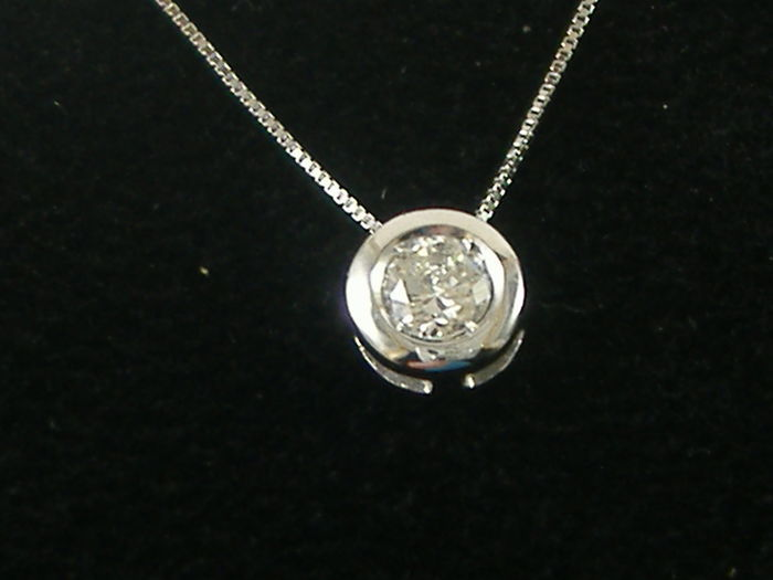 Solitaire pendant and necklace in 18 kt white gold with 0.42 ct diamond