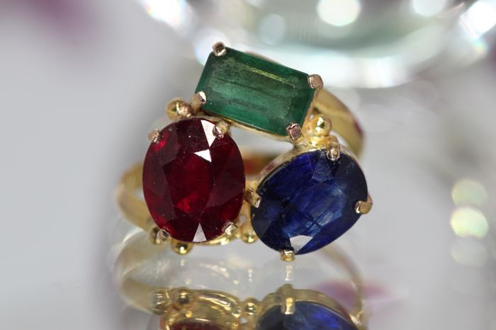 18 kt gold ring set with natural precious stones, size 55 no reserve.