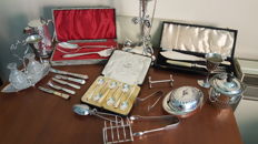 A cased set of Walker & Hall silver plated teaspoons and other silver plated items.