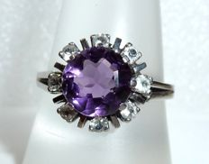Ring made of 8 kt / 333 white gold facetted amethyst + 8 white topazes, ring size 59 / 18.8 mm **no reserve price**