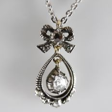 14 kt Antique necklace with pendant with central diamond of 0.20 ct