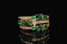 18 kt gold design ring set with natural emerald and diamond size: 53 NO RESERVE PRICE.