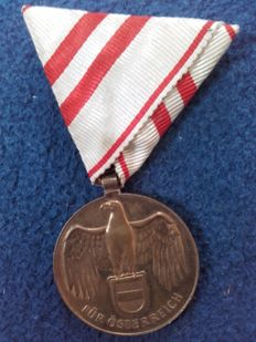 "War Commemorative Medal ""Für Österreich 1914 -1918"", on a red and white ribbon, founding of the 1st republic, corporative state, Weimar Republic period"