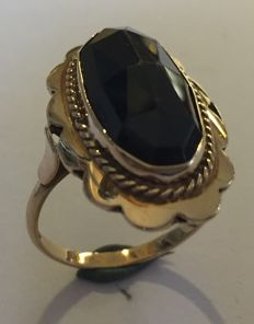 Gold ring with an oval faceted garnet stone, Netherlands approx. 1960