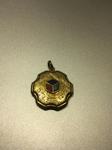 14 kt gold locket with multicoloured enamel