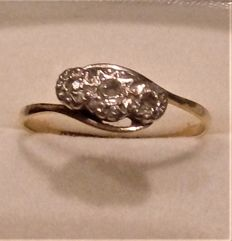 Vintage 18 ct Gold & Diamond  (Middle 0.10 ct others .050) Set Ring