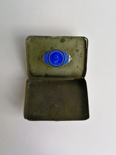 St. Christophe car-badge (ca. 1930) Blue enamelled sterling silver (925) in cigarette case (silver plated) with monogram: WRS