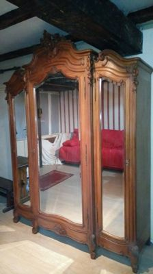 Walnut cabinet with 3 mirror doors, style Louis XV Circa 1890, France