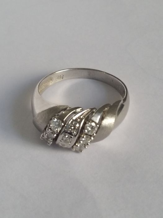 14 kt white gold ring with 9 diamonds Total weight: 4.01 g