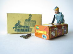 "Gescha, Western Germany - Length 9.5 cm - Tin / Masse ""Express-Boy"" bag boy with clockwork motor, 1950s"