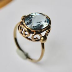 ca. 1900/1920 Art Nouveau Antique gold ring with a oval cut faceted ground Aquamarine approx. (12X9mm) ca. 3.70Ct.