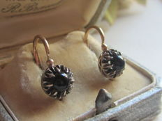 'Dormeuse' earrings in 18 kt yellow gold and 12 kt white gold set with an onyx - 3.51 g - 2.1 cm high x 0.9 cm wide