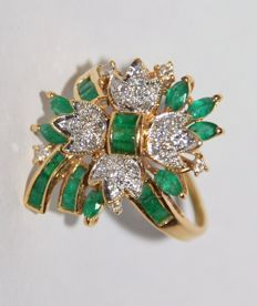 Gold 18 kt Ring with Brilliants VS/G-H and Emeralds VS, total 2.35 ct