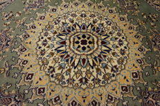 Beautiful fine Persian palace carpet, round, Nain, wool with silk, made in Iran, province of Nain, 200 x 200 cm, very good condition.