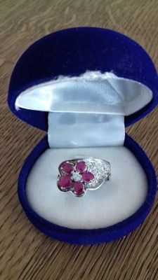 18 kt white gold ring with diamonds for approx. 0.9 ct and rubies for approx. 2 ct - Weight: 8 g