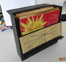 Recordcase with 26 x 78RPM-records. Mostly popmusic from the 50'ties.