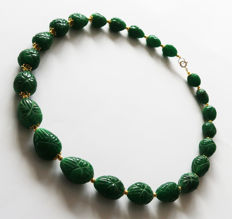 Necklace of large engraved emeralds with 14 kt gold clasp – 55.5 cm – 590 ct