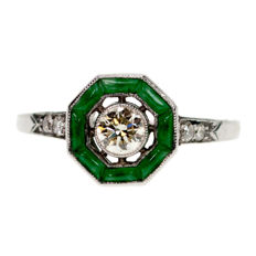 Platinum ring featuring an old European cut Diamond 0.25 ct (O VS1)  surounded by Jade