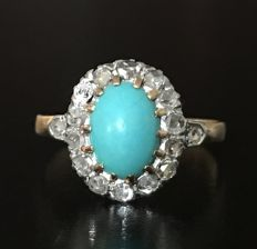 Old daisy ring in 18 kt gold and silver, with a centre turquoise (2 ct) set in a crown of diamond roses (0.2 ct)