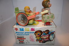 "STF, China - Length 23 cm - Tin / plastic ""Happy Monkey with her baby"" PE-858 with battery engine, 1970s"
