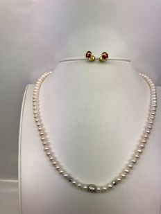 Set composed of freshwater pearl necklace and ladybird-shaped yellow gold earrings