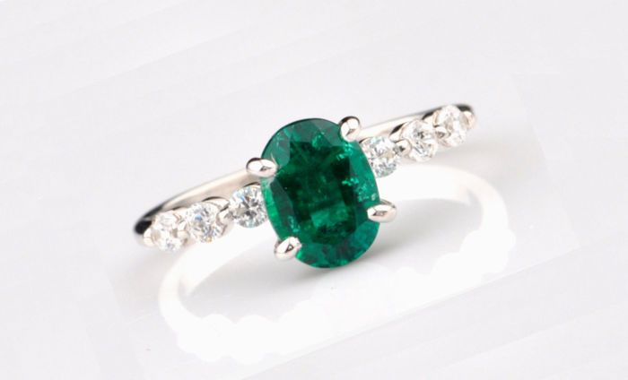 Ring with a large natural emerald 1.50 ct. and diamonds 0.12 ct. Made of 585 / 14 kt gold, size 54-56