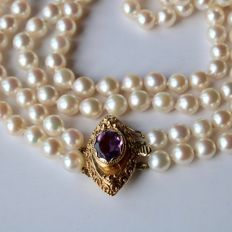 2-row necklace with natural sea/salty beads from Japanese sea with a very good lustre. Yellow gold large lock with natural Amethyst 2CT.