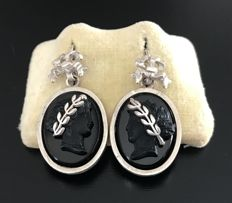 Gorgeous pair of silver earrings, end of 19th century, with cameos on Onyx overlaid with knots