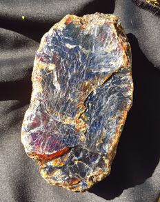 Very Large intense red blue Sumatran amber - grade AAA - 135 x 75 x 60 mm - 455 gm