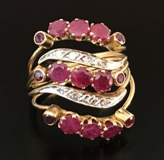 Harem ring in 18 kt yellow gold, adorned with rubies and diamonds (2.07 ct in total)