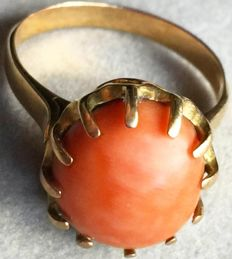 750/1000 gold ring with large coral cabochon