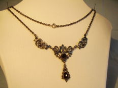 Historic necklace with large antique rose-cut garnets totalling 8 ct.