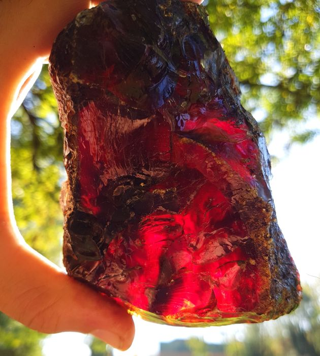 Very Large intense red blue Sumatran amber - grade AAA - 135 x 105 x 75 mm - 460 g