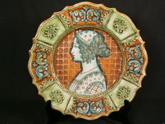 Deruta - Nicely decorated majolica decorative plate with portrait
