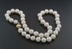 White cultured pearl necklace, 9.5 to 11.5 mm, sphere clasp in 375 yellow gold