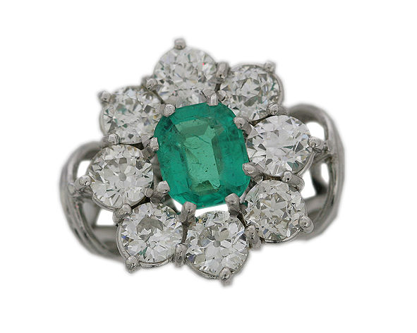 18 kt white gold ring 8.35 grams set with 8 diamonds of 4.00 ct in total and 1 emerald of 1.30 ct in total - size 51 - 52U - free resizing