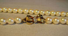 Elegant genuine Akoya pearl necklace with 14 kt gold diamond clasp 0.04 ct