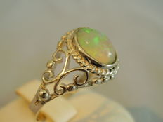 Antique Victorian ring with fiery full opel of 0.60 ct.