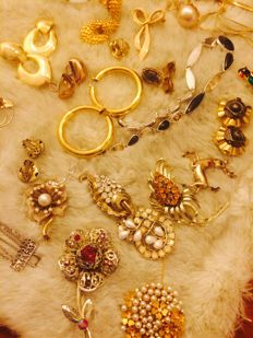 amazing lot of 75 vintage jewlery, Cartier, Coro, Trifari, Napier, Monet, etc
