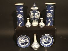 A collection of 8 pieces of blue and white, Chinese porcelain - China - 18th/19th century