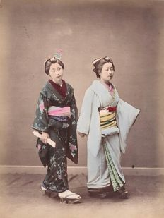 Japanese photography studio (19th century) - 2 Japanese ladies