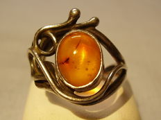 Antique ring with oval natural honey amber cabochon of 3 ct, handmade circa 1935/40