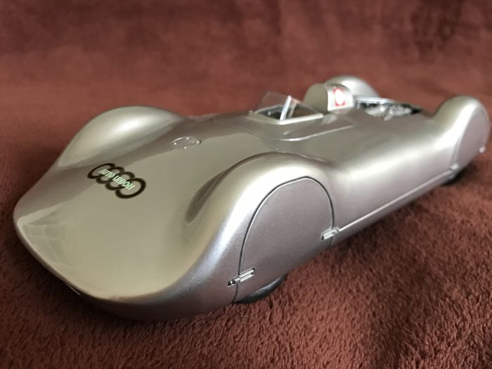 big stand model Audi Union streamlined body 16-cylinder type C, 1937 material is cast aluminium + original Dunlop Atlas 1932