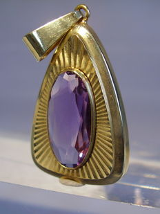 Golden pendant with oval faceted amethyst weighing 7 ct