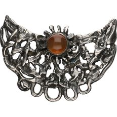 925/1000 Silver brooch set with an amber