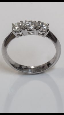 18 kt white gold trilogy ring. Diamonds for 0.99 ct ***No reserve price***