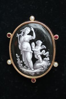 18 kt antique French cameo brooch, depicting a lady with a harp and a cupid.